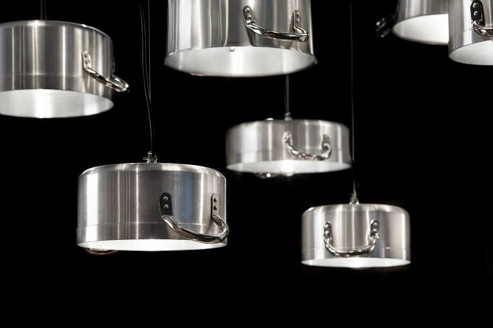 Lámparas hechas con ollas.