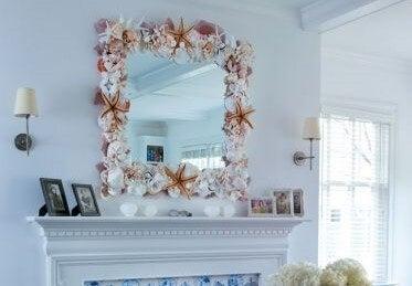 Marco para espejo hecho con conchas.