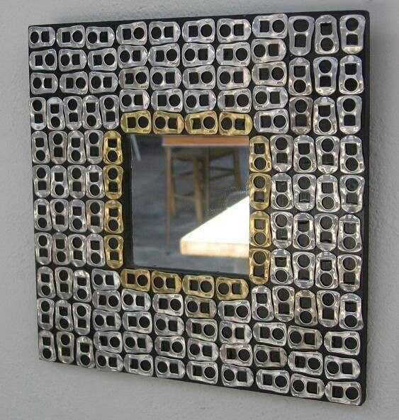 Marco de espejo con hebillas.