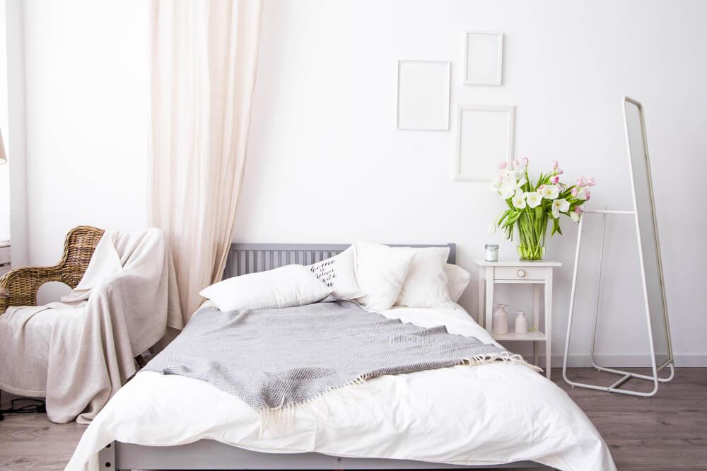 Materiales naturales para la decoración de un dormitorio.