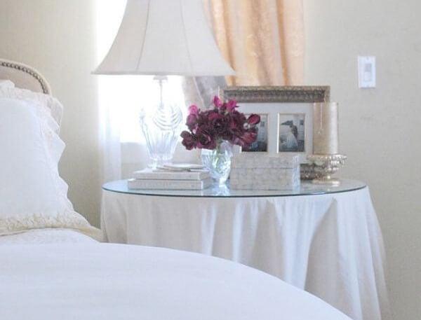 Mesa camilla en el dormitorio.