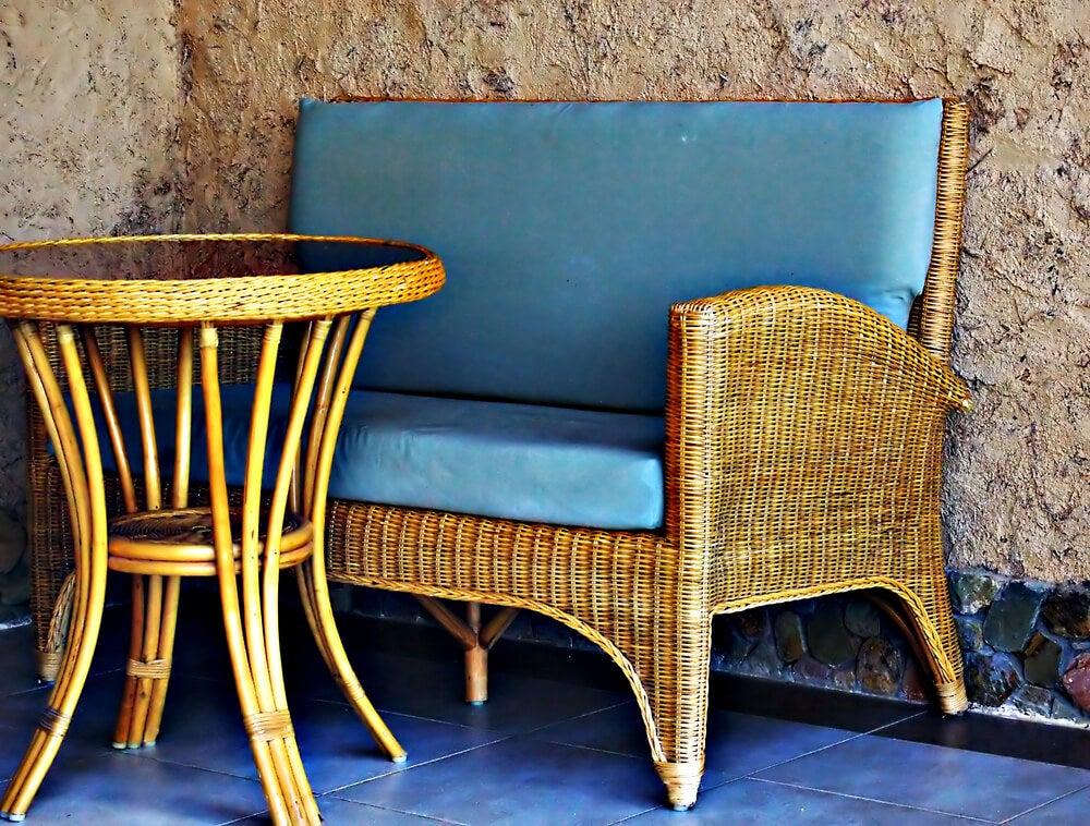 Mesa y silla de mimbre para exteriores.