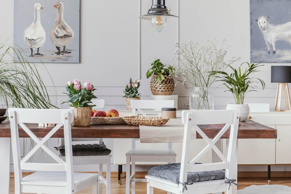 Mesas rústicas para decorar interiores.