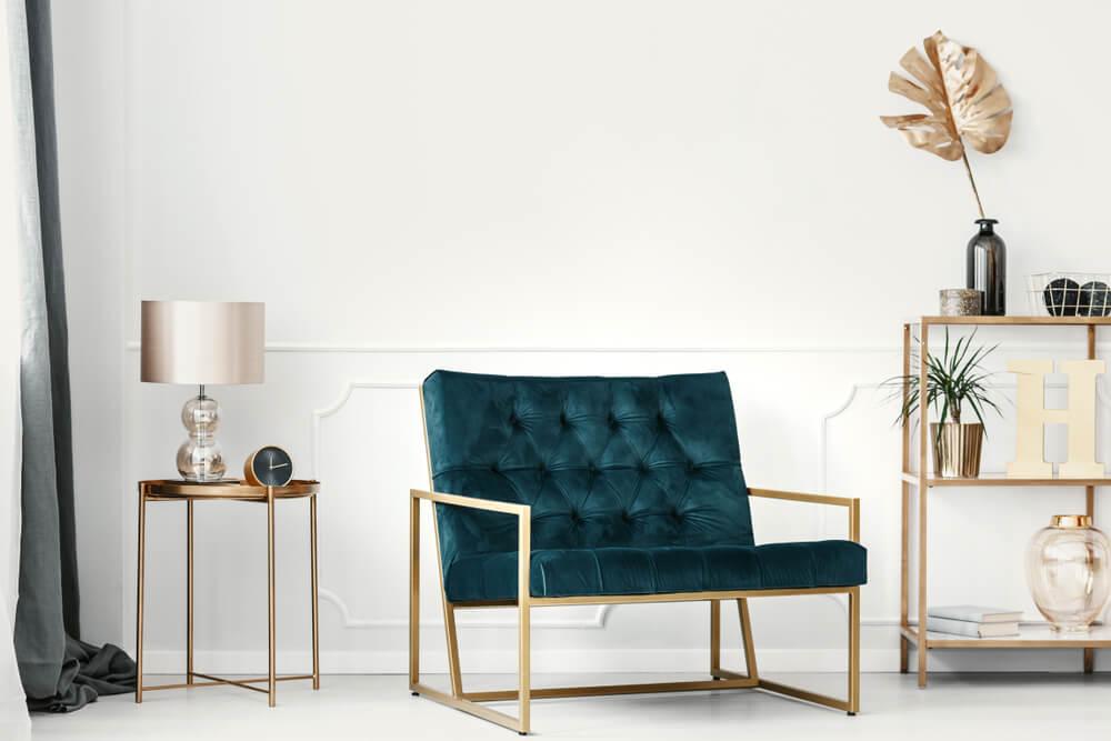 Mobiliario dorado de estilo parisino.