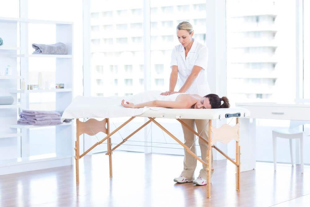 Mobiliario para un espacio de fisioterapia.