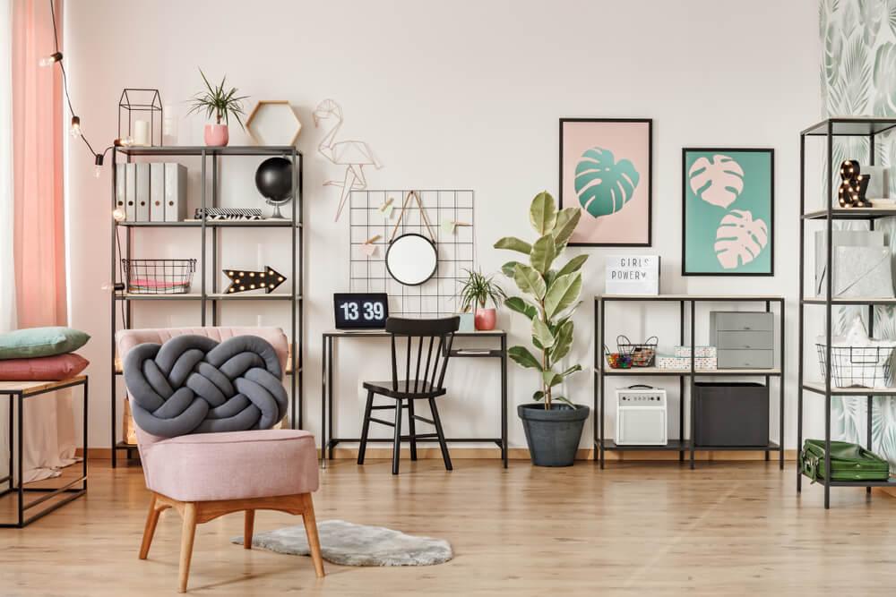 Oficina de color rosa palo.