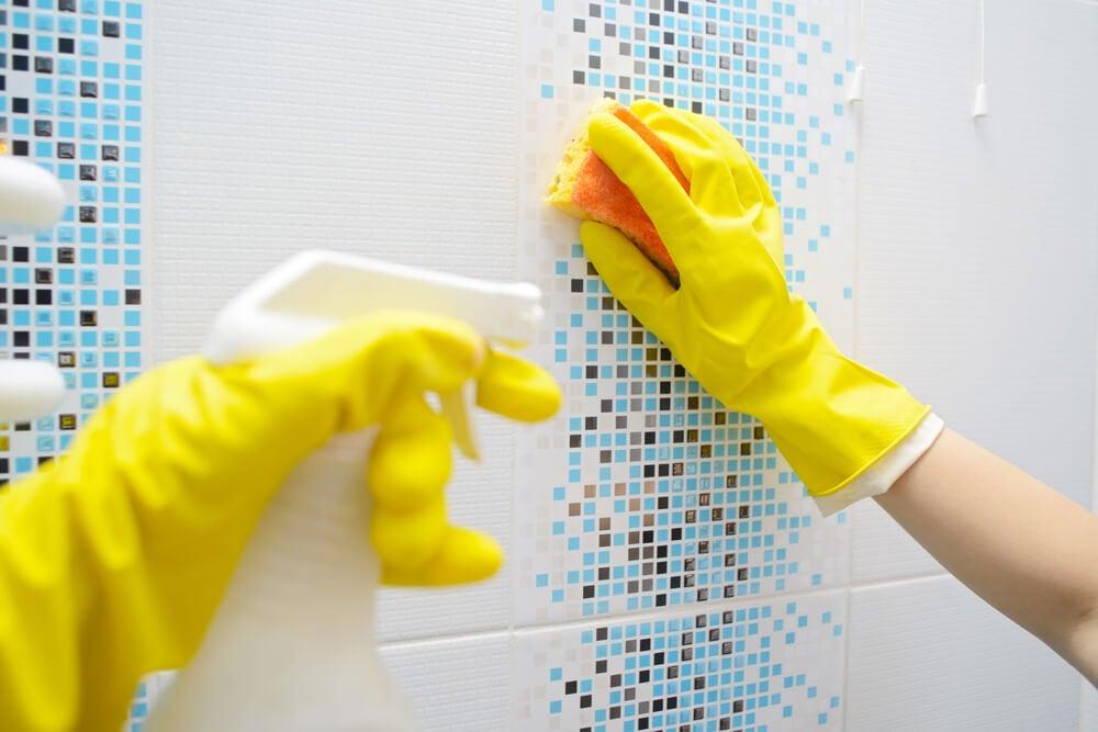 Pasos a seguir en la limpieza del baño.