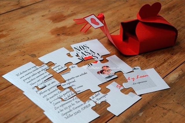 Piezas de un puzzle como invitación de boda.
