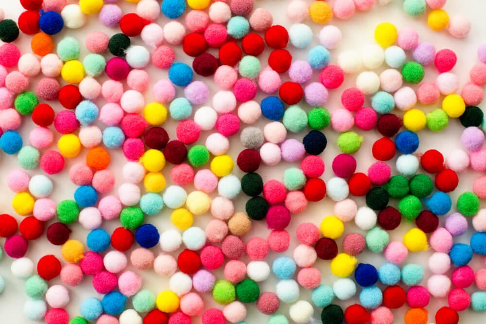 Pompones de colores infantiles.