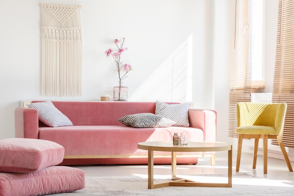 Salón en rosa palo combinado con colores crema.