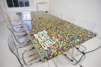 Mesa decorada con LEGO.