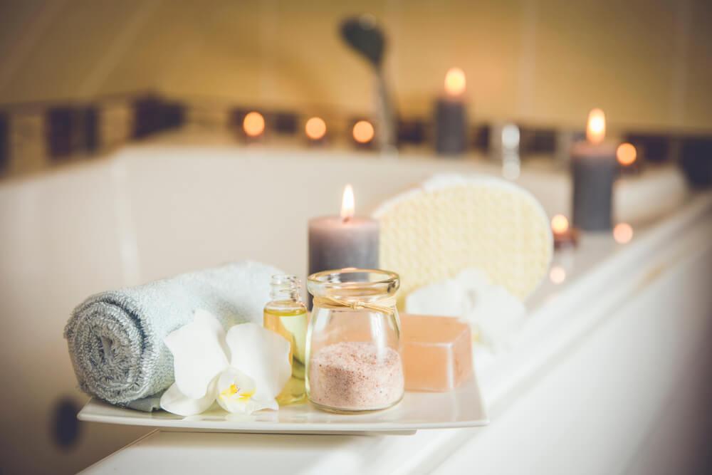 Bañera con sales y velas.