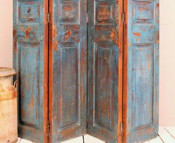 Biombo hecho con una puerta.