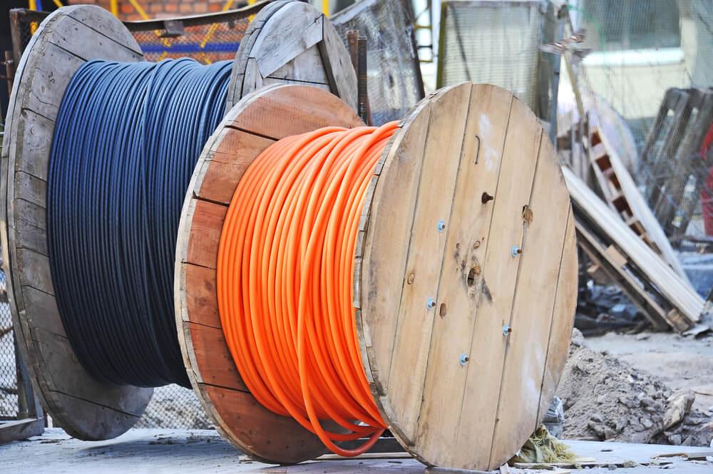 Bobinas de cables grandes.