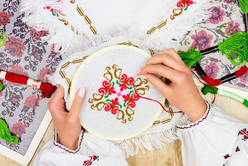 Bordados de decoración a mano.