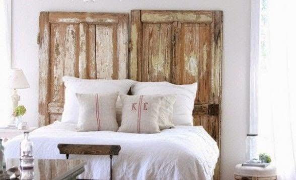 Puerta recuperada como cabecero de cama.