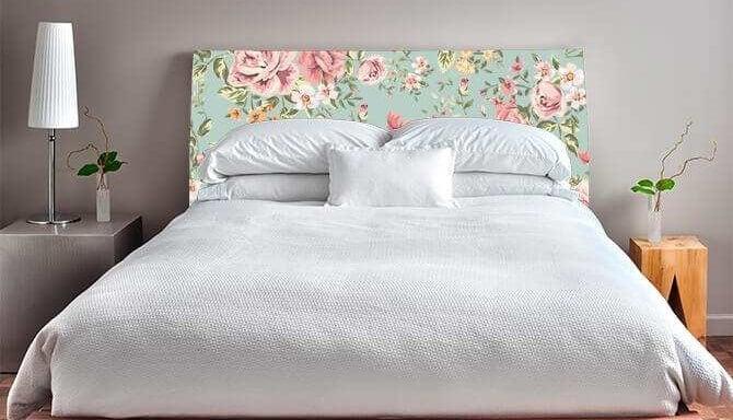 Cabecero tapizado de flores.