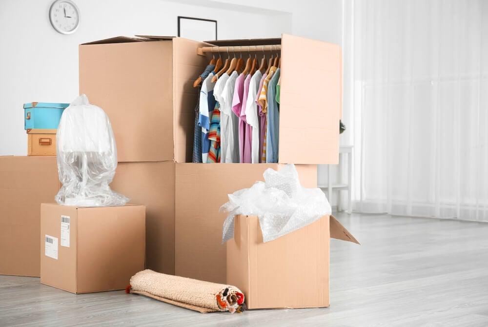 Cajas clasificadas de ropa.