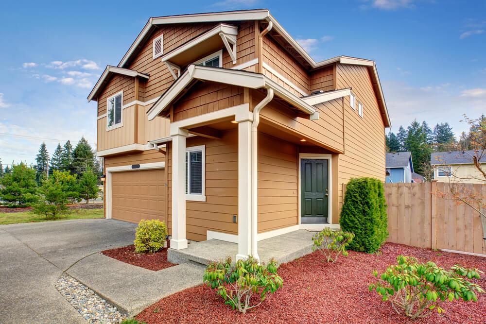 Casa de madera marrón.
