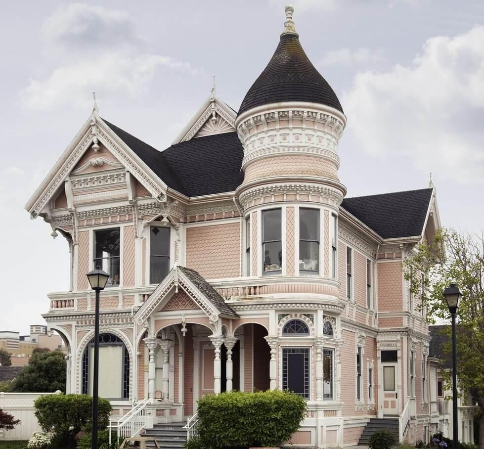 Casa victoriana en rosa y negro.