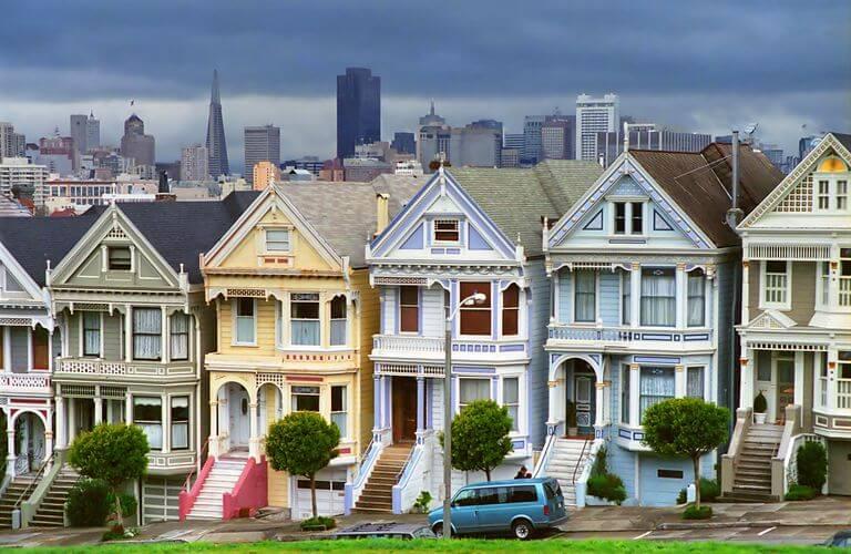Casas victorianas de colores.