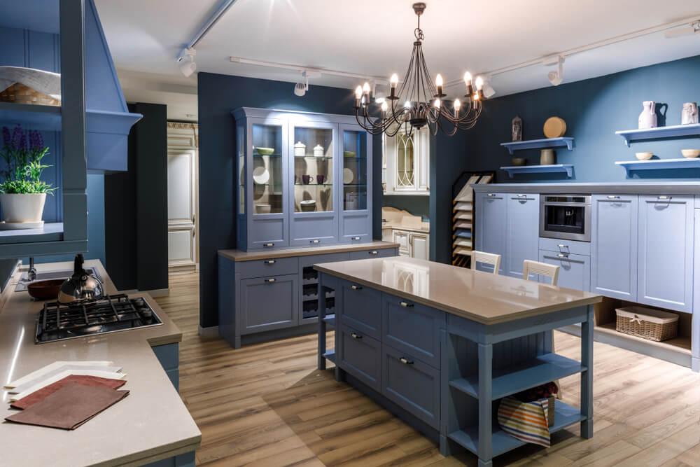 Cocina azul monocromática.