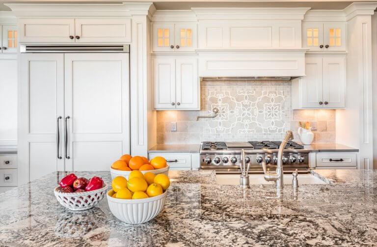 Un toque de color para una cocina blanca