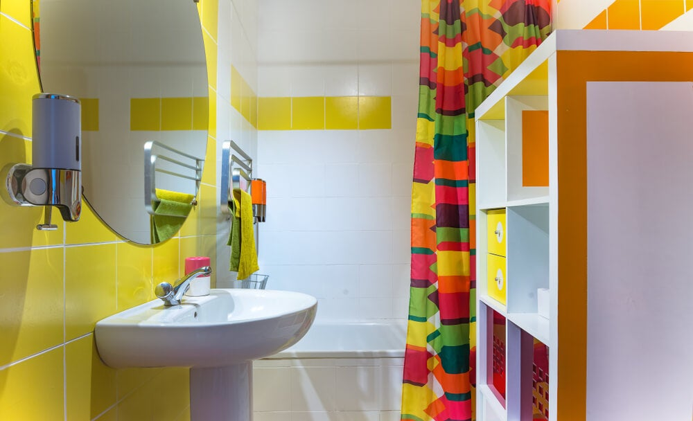 Combinación del amarillo con otros colores en el baño.