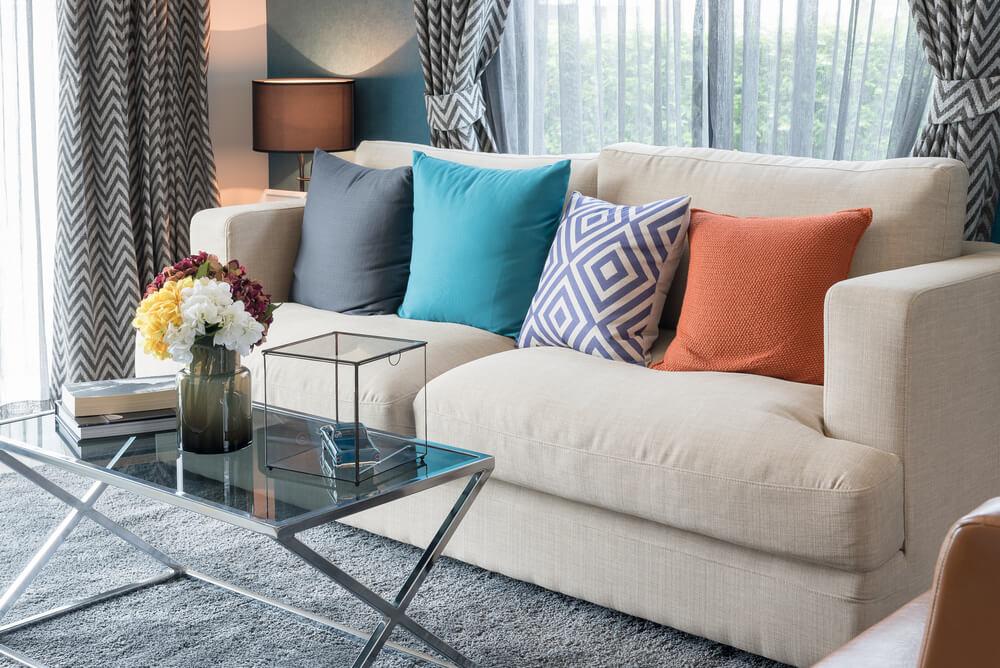 Crear un contraste entre los cojines y el sofá.