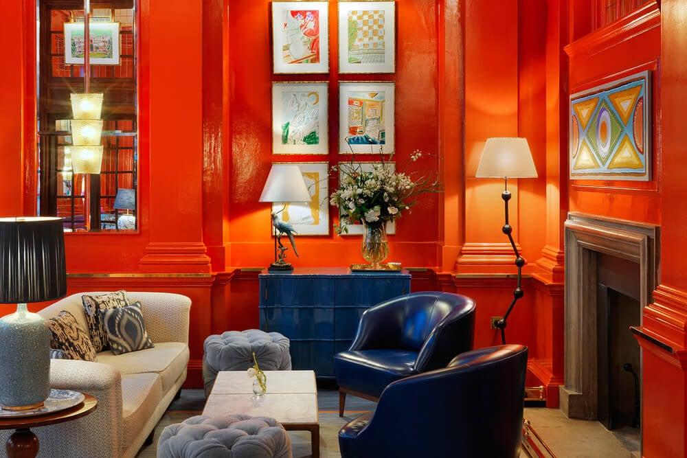 Salón en rojo decoración bloomsbury.