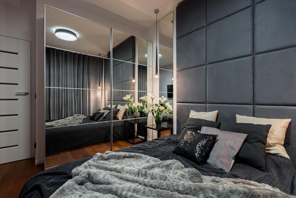 Dormitorio con espejos.