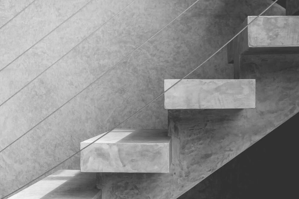 Escalera gris de hormigón.