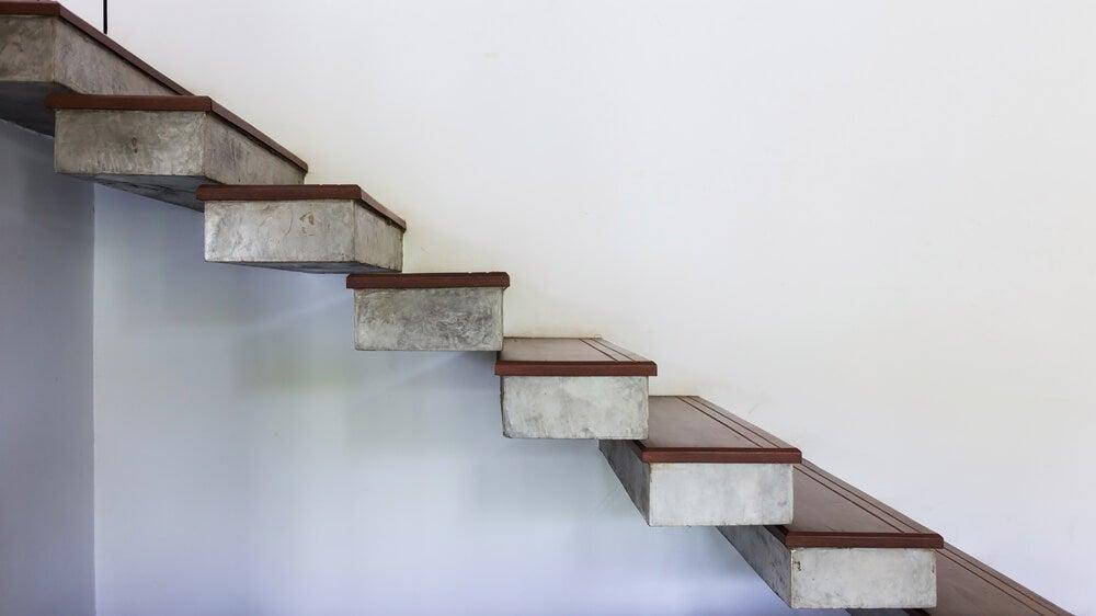 Escalera de hormigón suspendida.