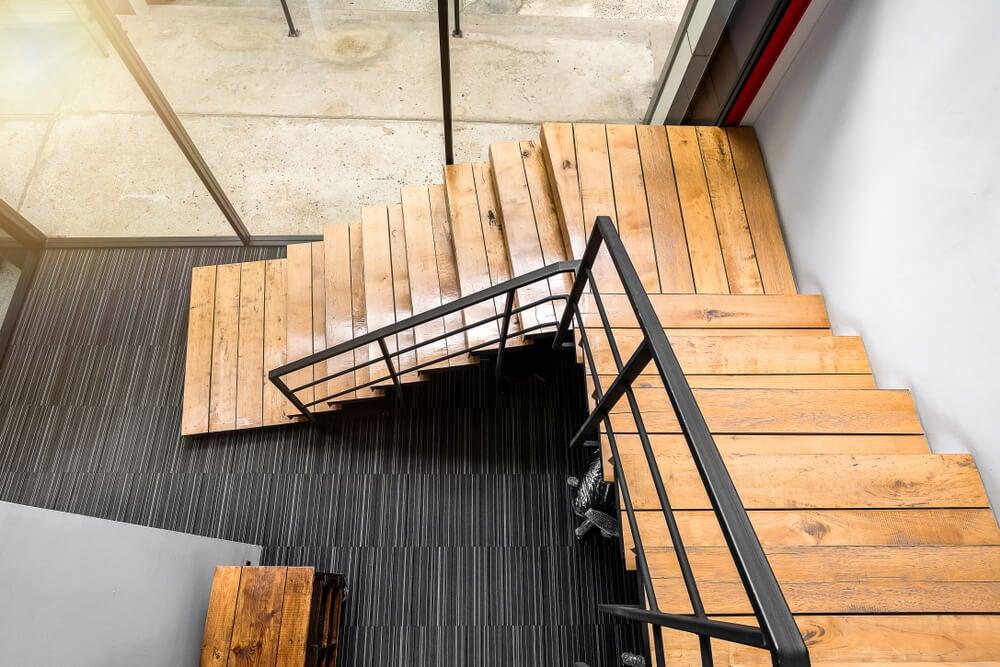 Escalera de madera y metal industrial.