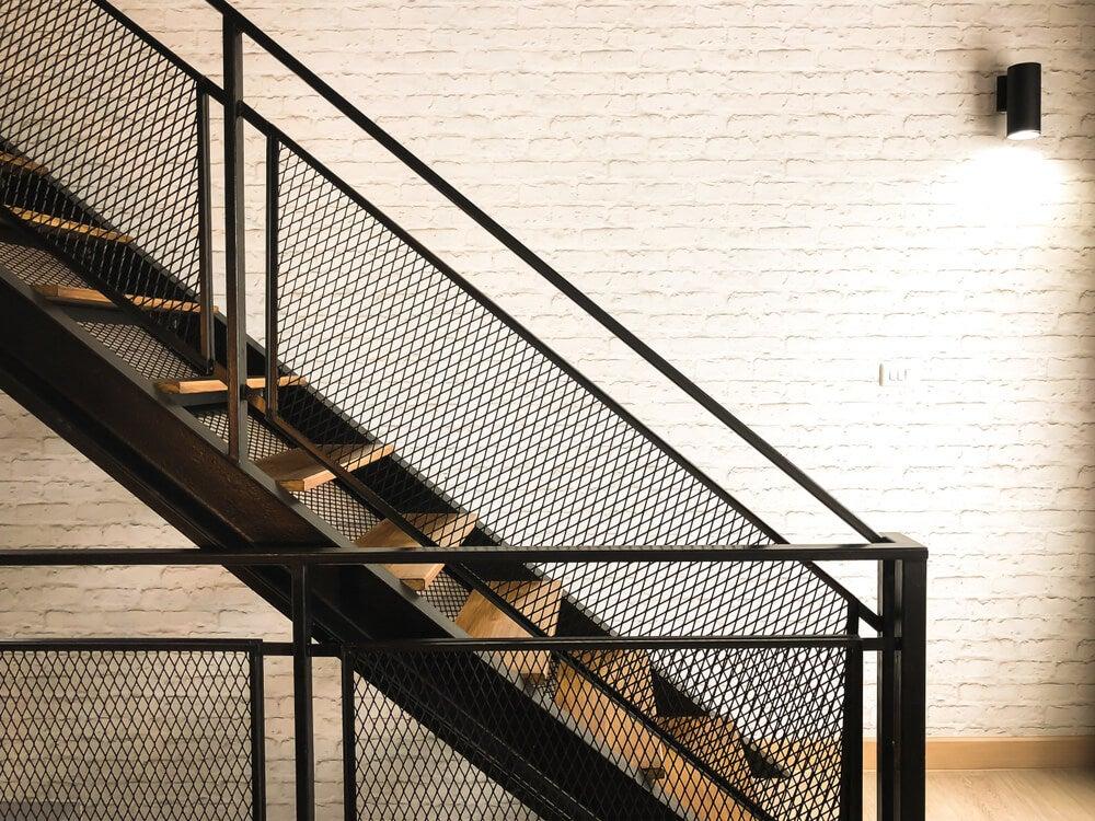Escalera de madera y metal que proporciona seguridad.