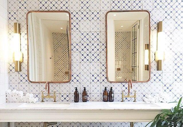 Espejos dorados en el baño.