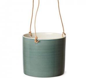 Macetero de cerámica verde.