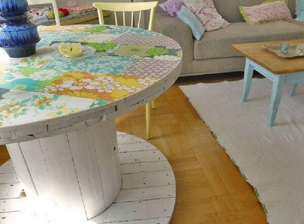 Mesa pintada hecha con bobina de cable.