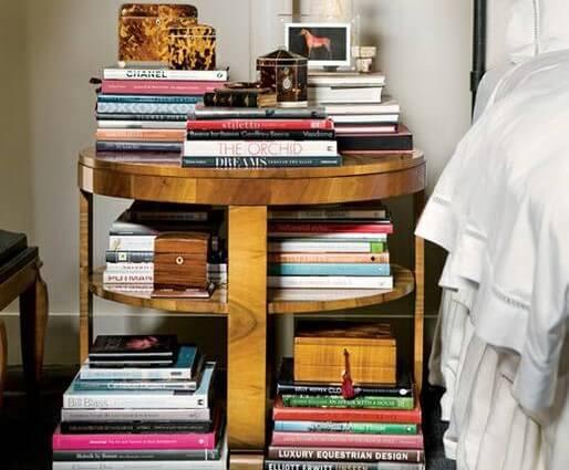 Mesilla con libros apilados.