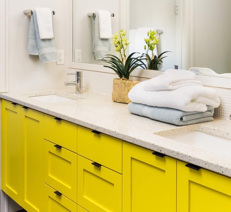 Muebles amarillos para el baño.