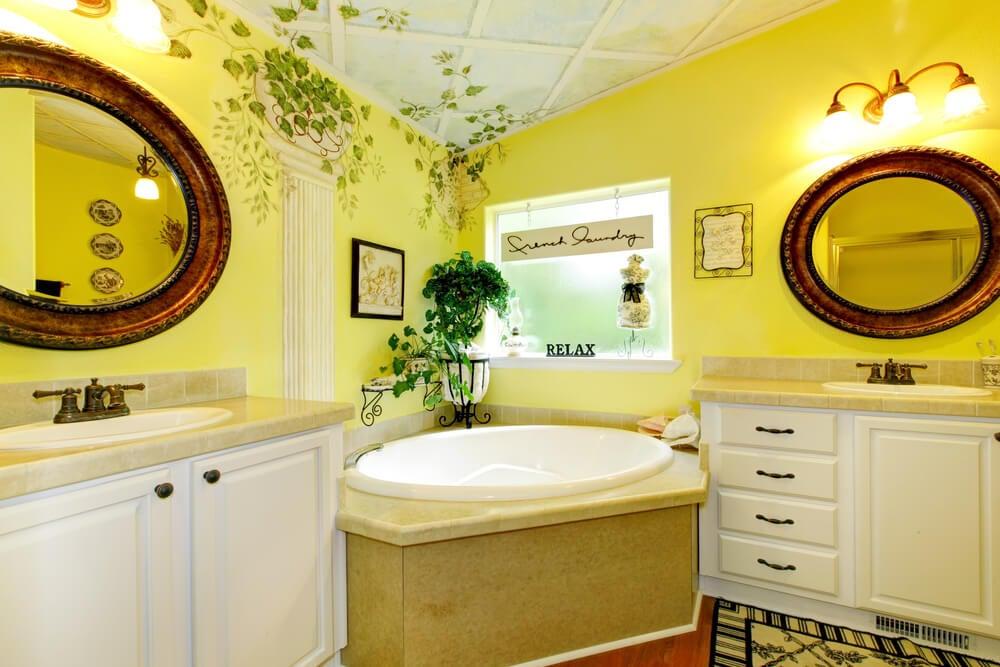 Paredes amarillas en el baño.
