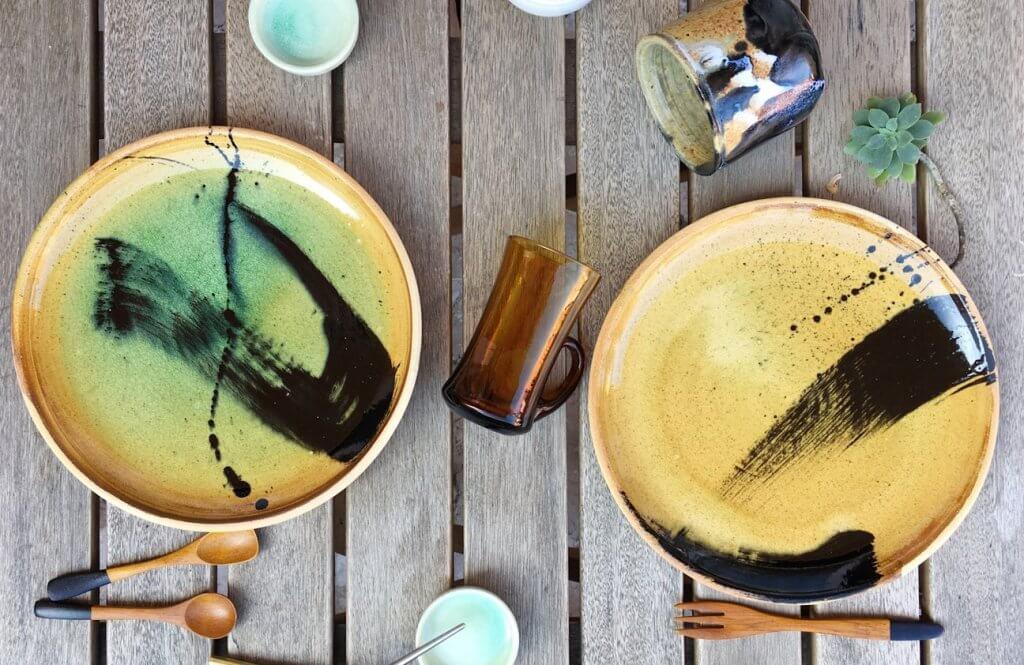 Platos de cerámica de colores.