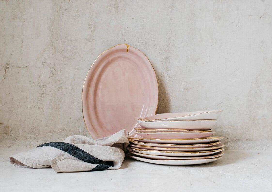 Platos rosas de cerámica.