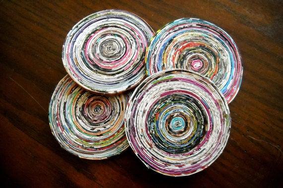 Posavasos hechos con papel de periódico.