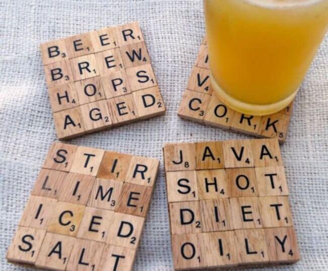 Posavasos con letras de Scrabble.