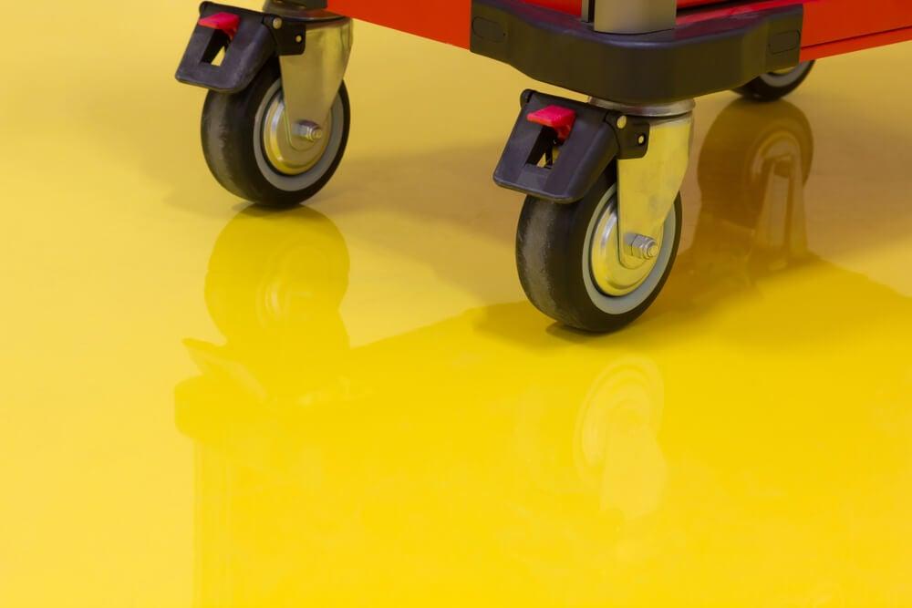 Suelo amarillo con pintura epoxica.