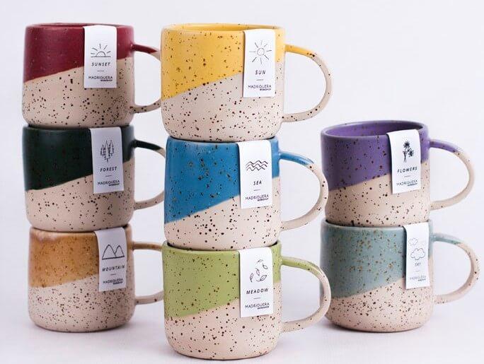 Tazas de colores de cerámica.