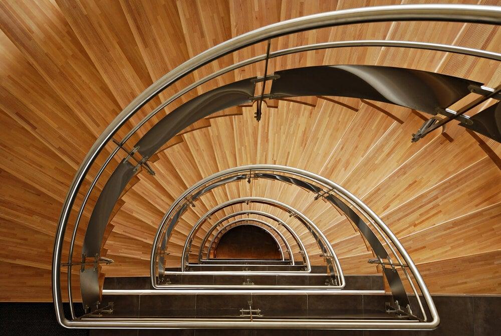 Escaleras de madera y acero en la casa moderna