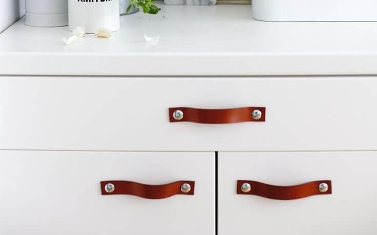 Horizontal leather handles.
