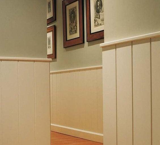 Arrimadero de madera para el pasillo.